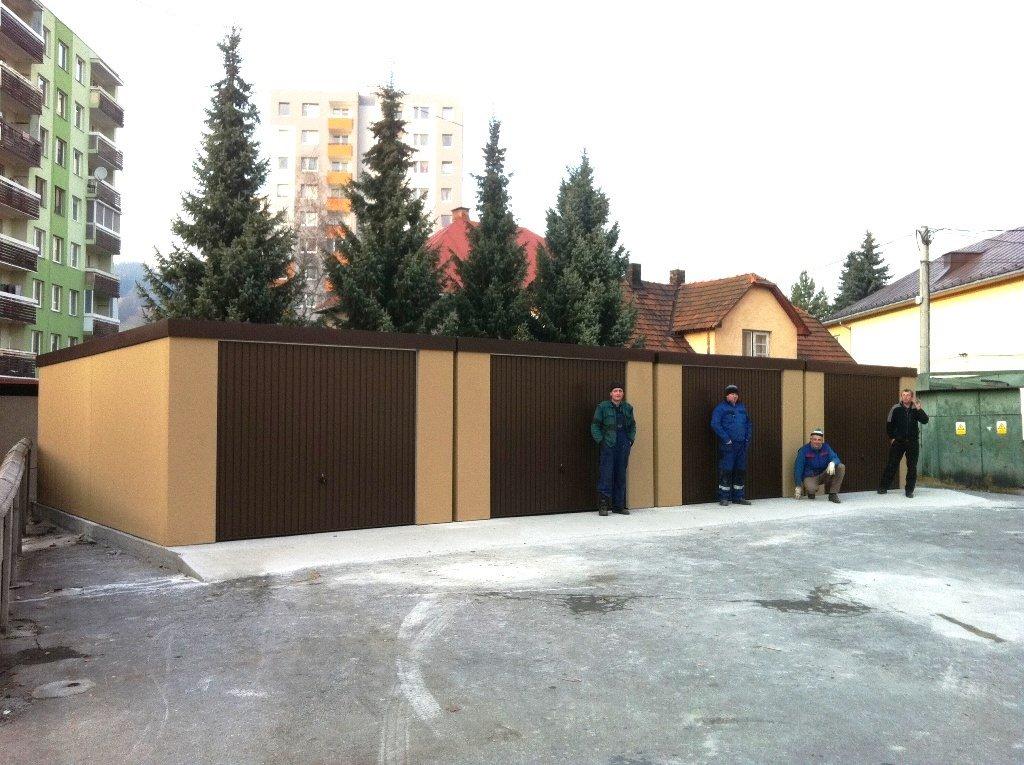 Radové garáže s hnedými bránami