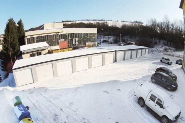 Radové garáže s bielou bránou
