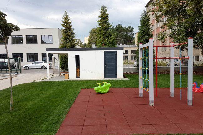 Záhradný domček v bielej farbe na detskom ihrisku