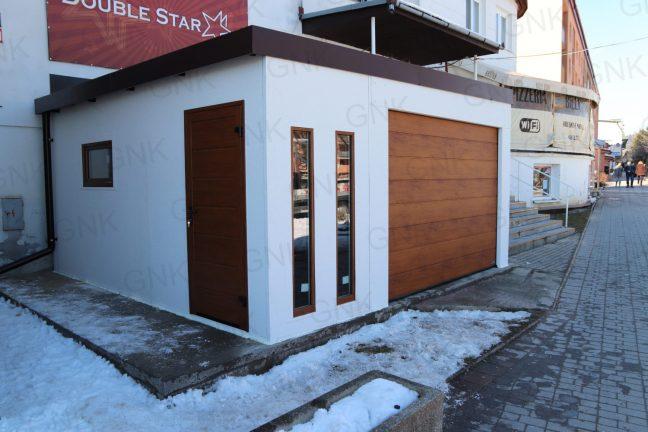 Montovaná garáž s bočnými dverami Hormann LPU40 vo farbe zlatý dub