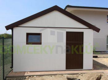 Montovaný záhradný domček na náradie s hnedými dverami Hormann