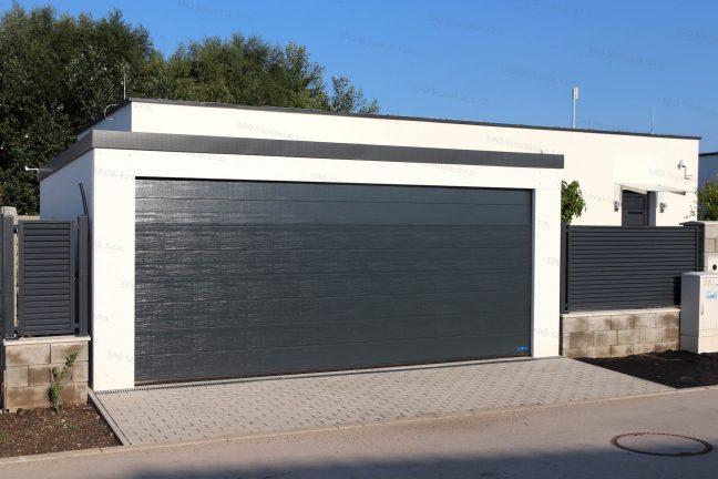 Moderná garáž pre dve autá pri modernom rodinnom dome