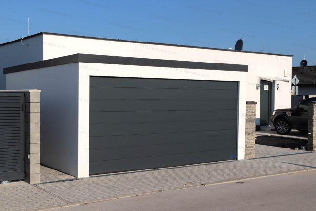 Moderná garáž s elektrickou garážovou bránou Hormann