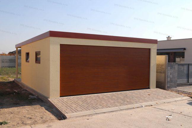 Moderná garáž pre dve autá v pieskovej omietke so širokou bránou Hormann