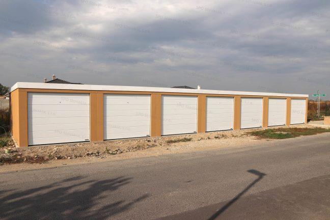 Moderná radovka pre 6 áut so strechou a bránami Hormann v bielej farbe