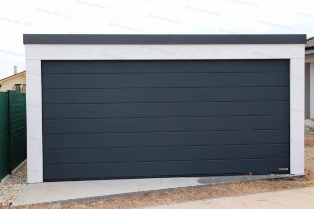 Moderná garáž pre dve autá s antracitovou strechou a bránou na ovládanie