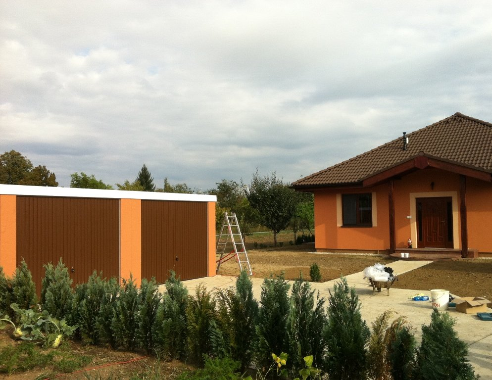 Oranžová garáž pre dve autá