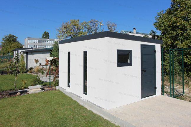 Montovaný záhradný domček s dverami Hormann LPU40 v antracitovej farbe