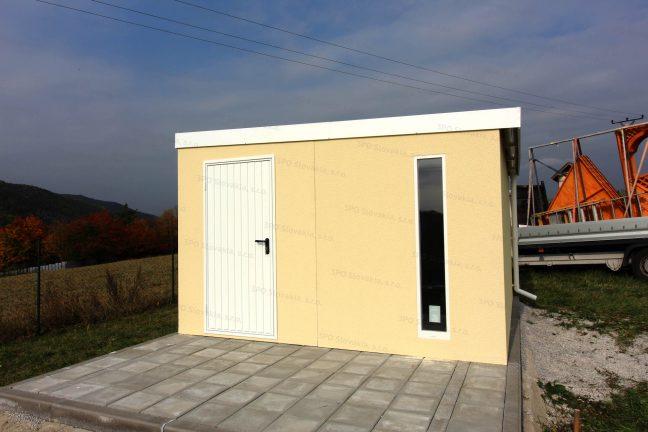 Záhradný domček v pieskovej omietke so svetlíkom Slovaktual v bielej farbe