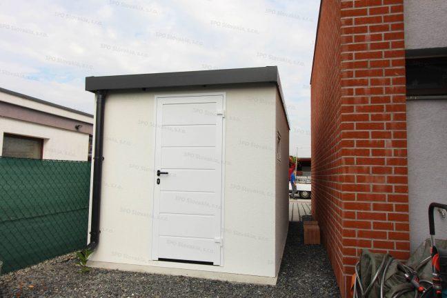 Montovaný záhradný domček s dverami Hormann LPU40 v bielej farbe