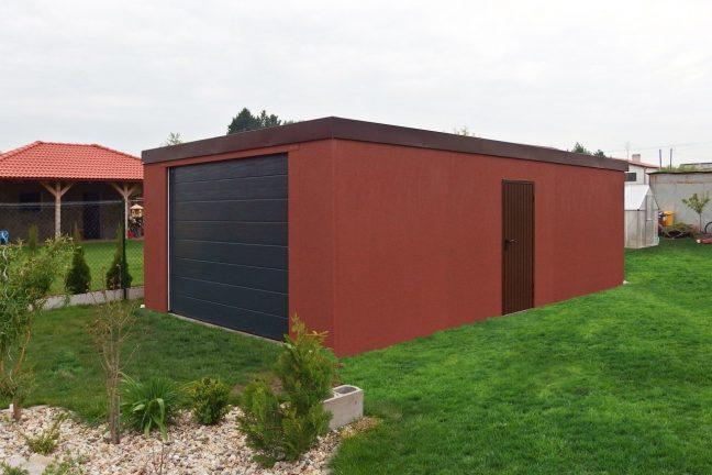Tehlová garáž s antracitovou bránou
