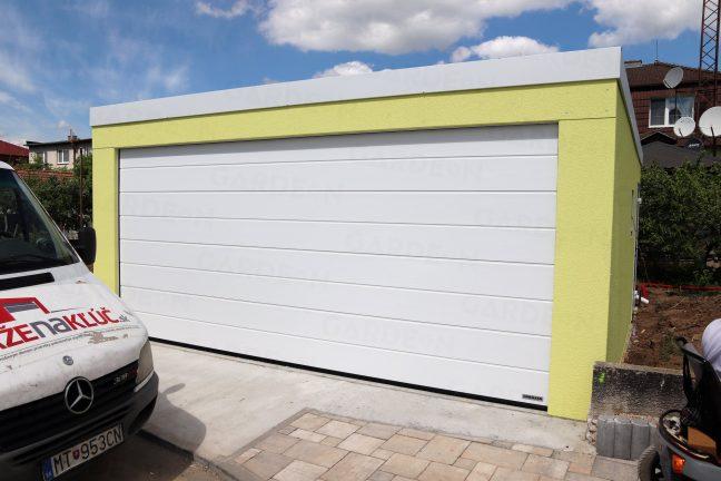 Montovaná garáž pre dve autá s bielou atikou