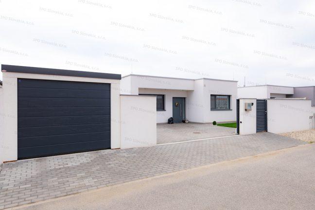 Montovaná garáž pre jedno auto pri modernom rodinnom dome