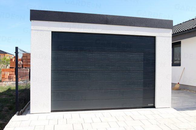 Garáž pre jedno auto so sivou garážovou bránou