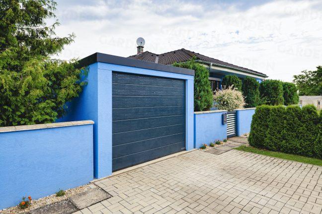 Montovaná garáž zarovno plota