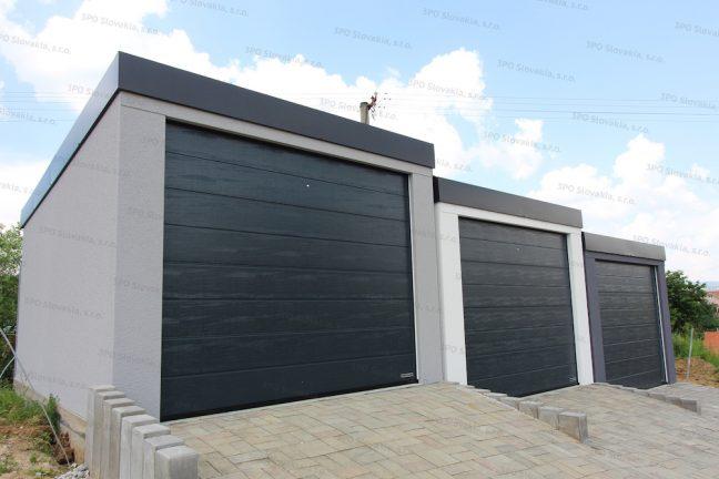 Tri samostatne stojace montované garáže v bielej, svetlo-sivej a tmavo-sivej omietke