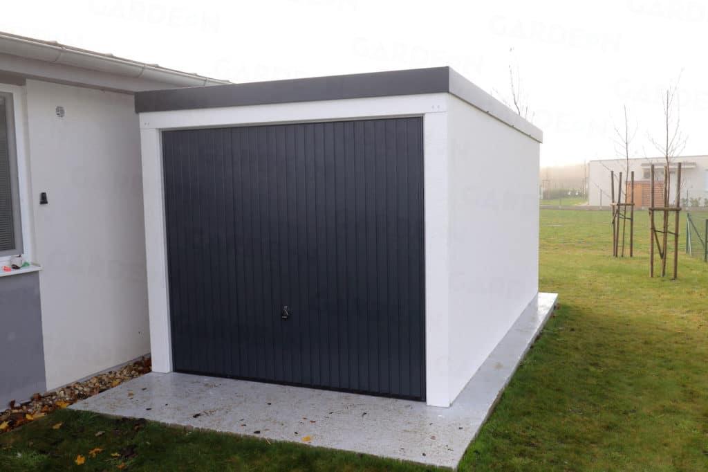 Jednogaráž v bielej omietke s antracitovou strechou