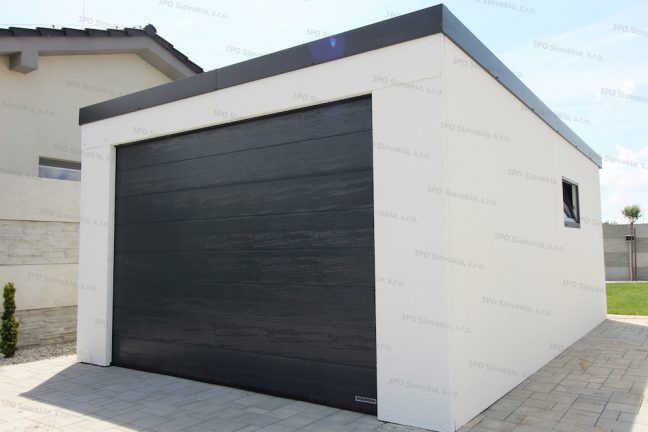 Garáž pre jedno auto v bielej omietke s antracitovou garážovou bránou Hormann