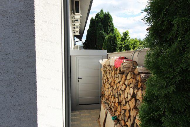 Atypický záhradný domček GARDEON pri dreve