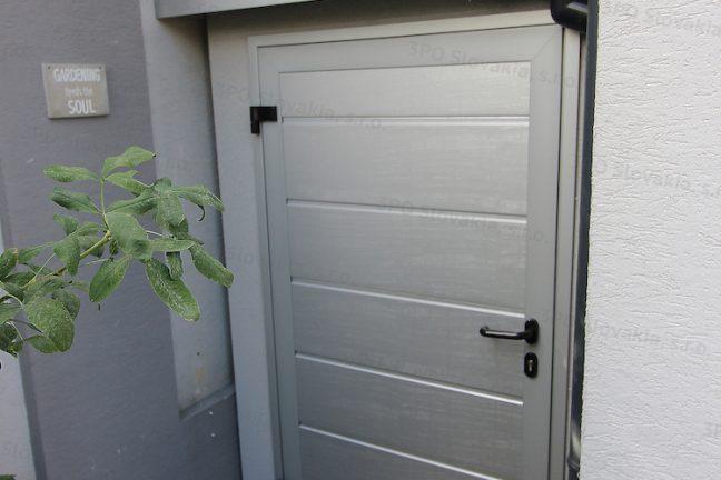 Atypický záhradný domček GARDEON v bielej omietke s doplnkami vo farbe biely hliník