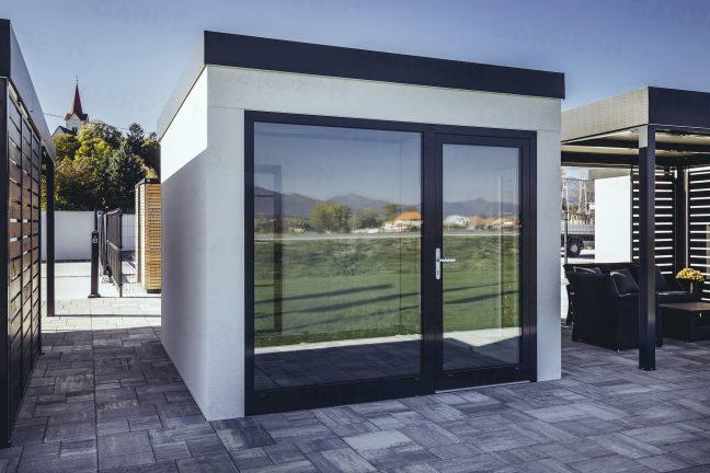 Moderný záhradný domček s veľkým oknom
