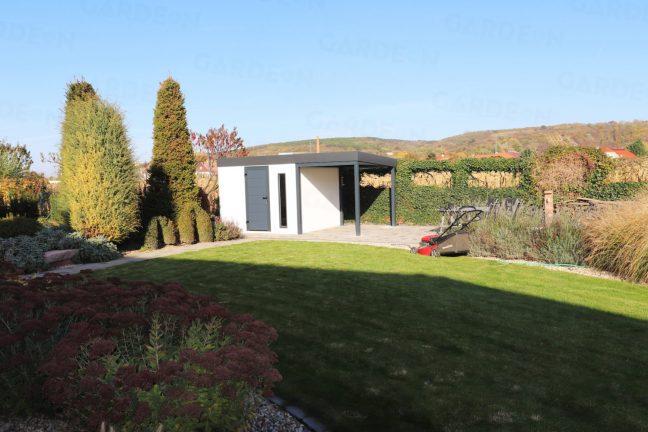 Záhradný domček na náradie v záhrade
