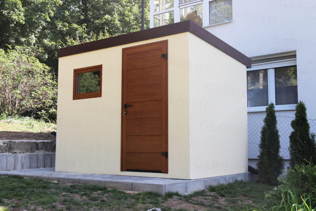 Záhradný domček v svetložltej omietke s hnedými dverami
