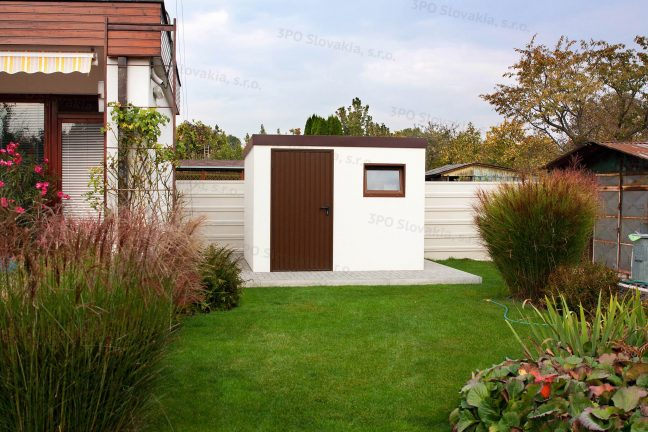 Záhradný domček so strechou v hnedej farbe na záhrade