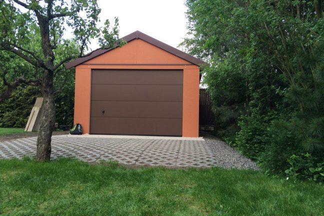 Moderná garáž na jedno auto s hnedou bránou