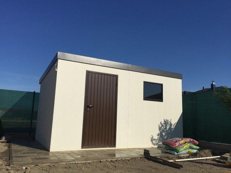Montovaný domček s hnedými dverami