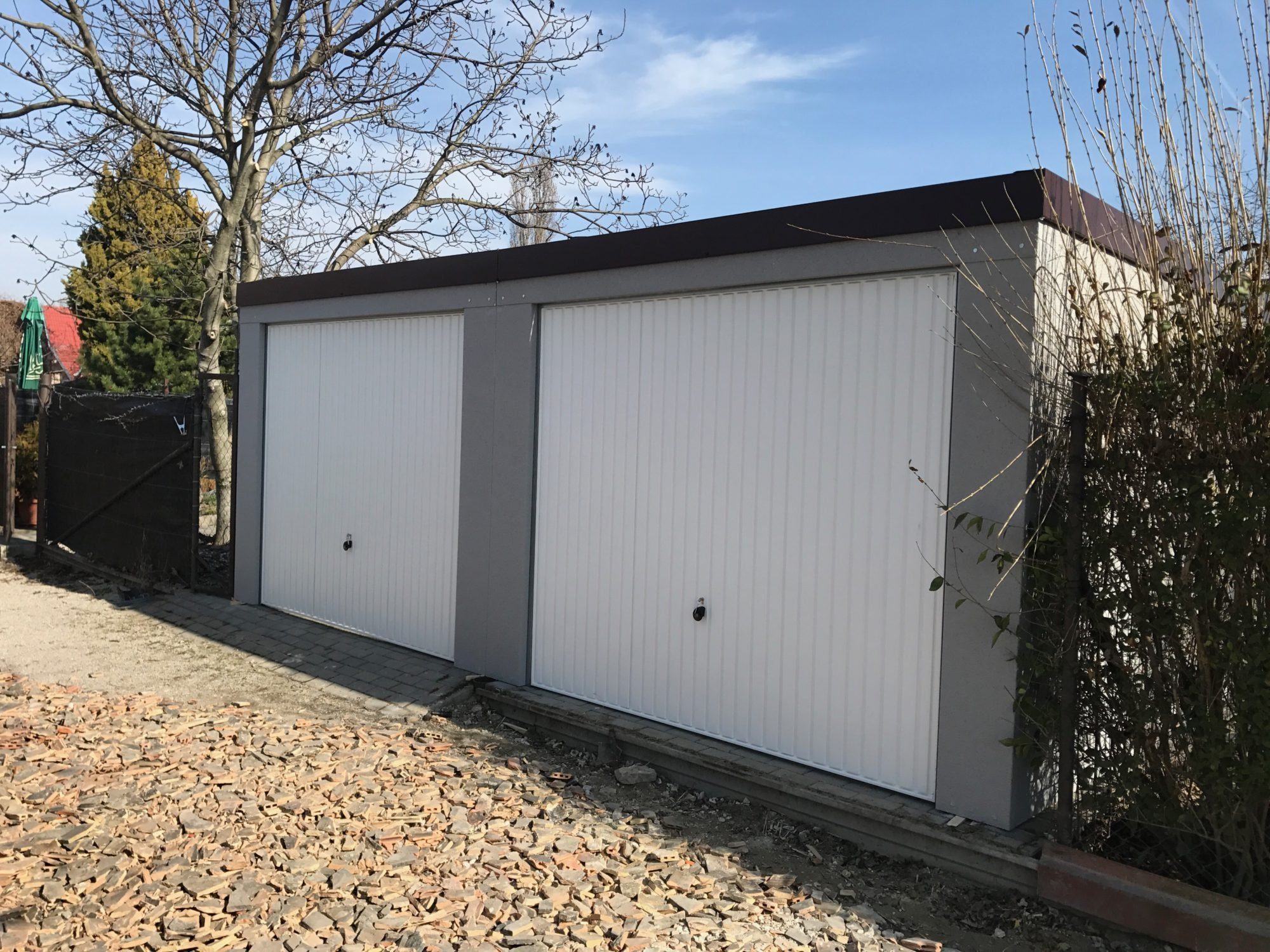 Montovaná garáž pre dve autá s bielymi bránami