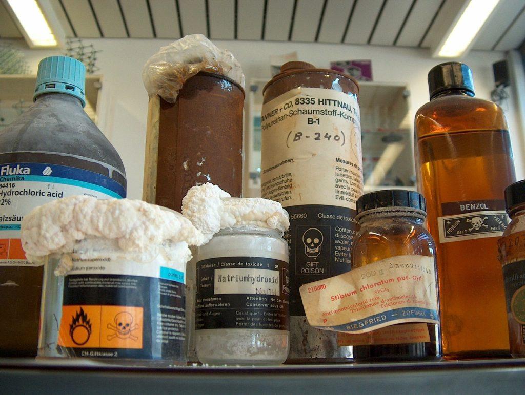 Fľašky srôznymi chemikáliami