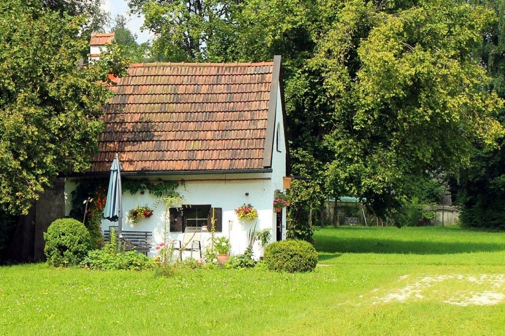 murovaný záhradný domček so sedlovou strechou
