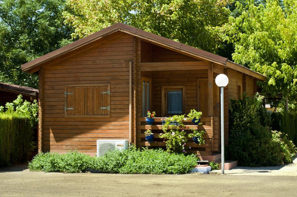 Drevená záhradná chatka s malou terasou