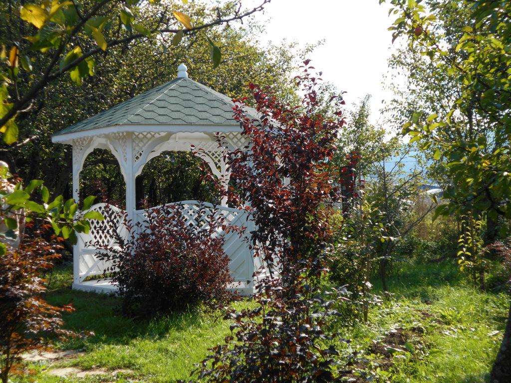 drevený záhradný altánok v bielej farbe