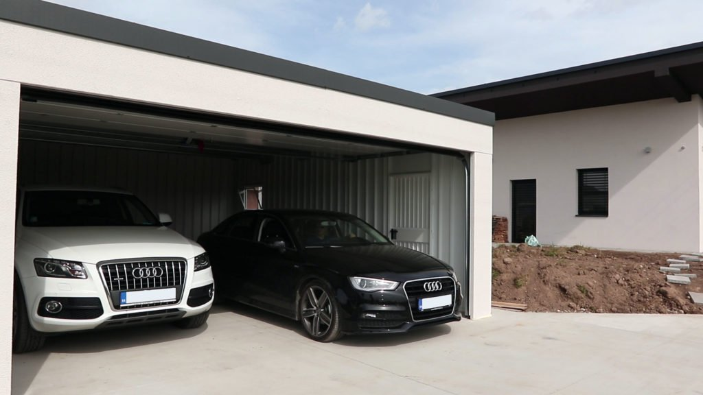 Montovaná garáž pri dome s dvoma autami