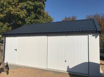 Montovaná garáž na mieru v bielej omietke s antracitovou strešnou krytinou