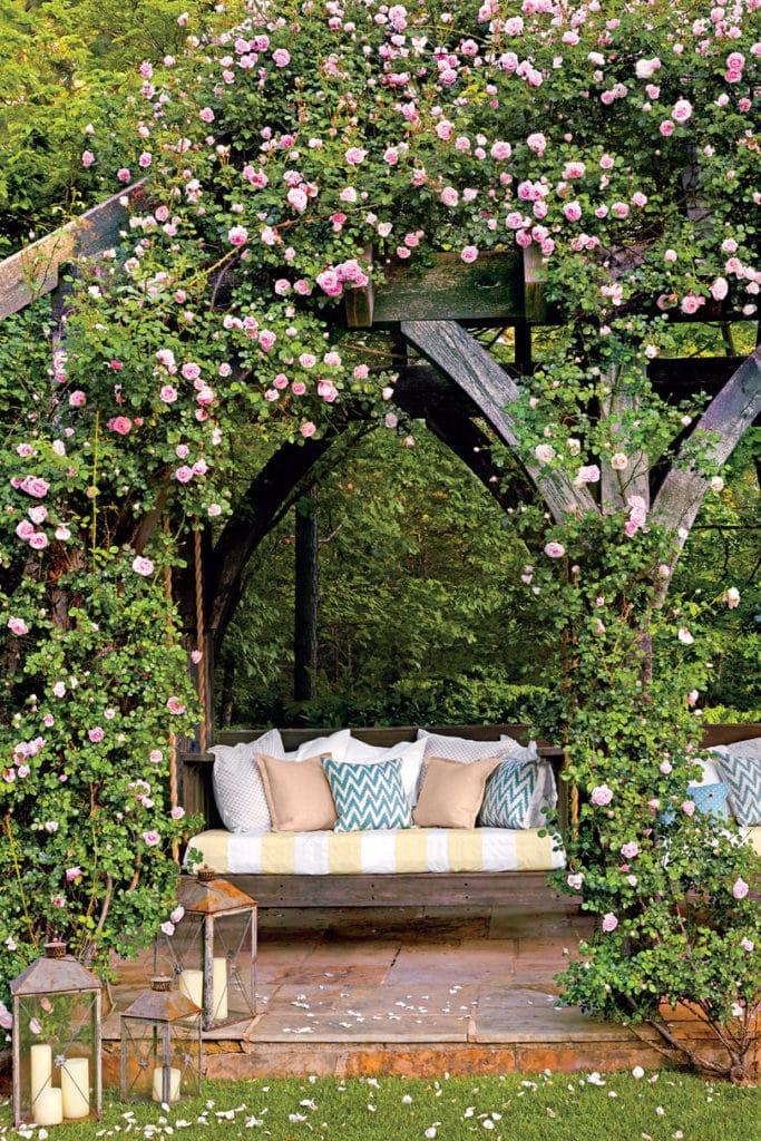 Kvety v záhrade s posedením