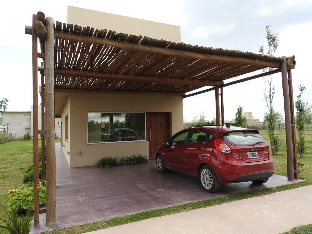 Exotický prístrešok pre dve autá pri rodinnom dome