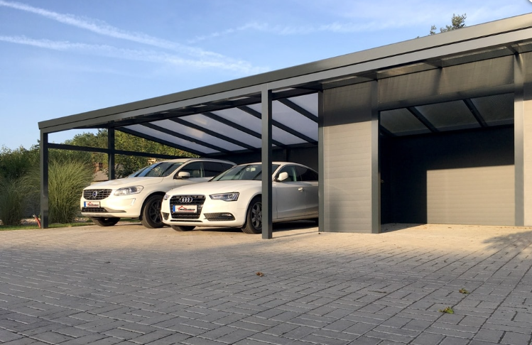Hliníkový prístrešok pre dve autá spojený so skladom