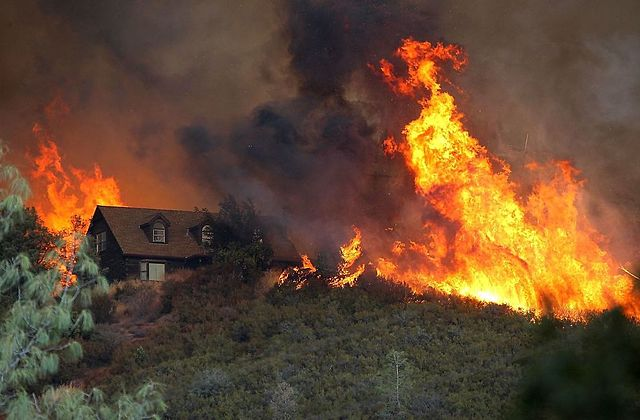 Požiar pri dome