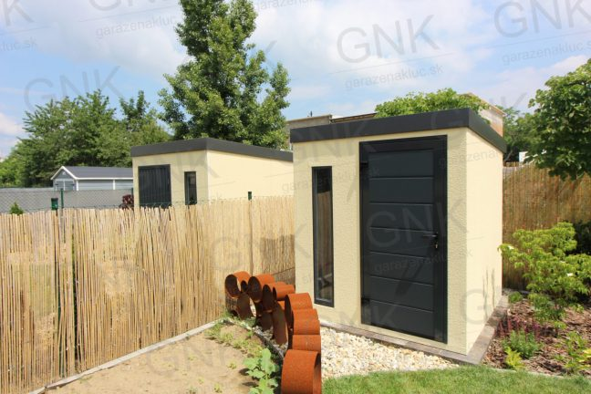Záhradný domček na náradie v pieskovej omietke s dverami Hormann LPU40