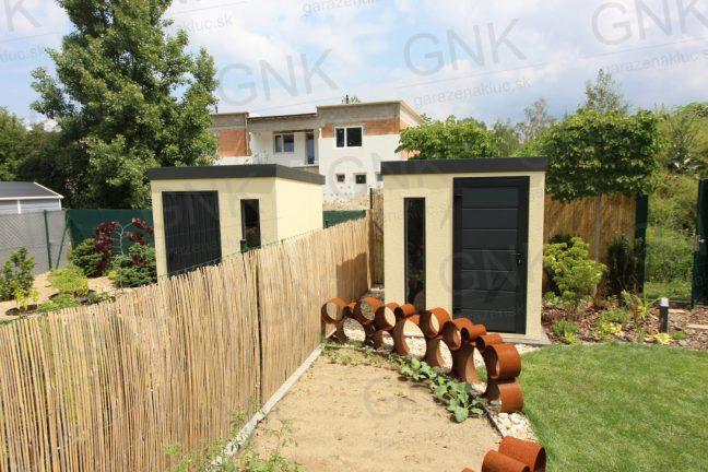 Montované záhradné domčeky v pieskovej omietke s antracitovými doplnkami