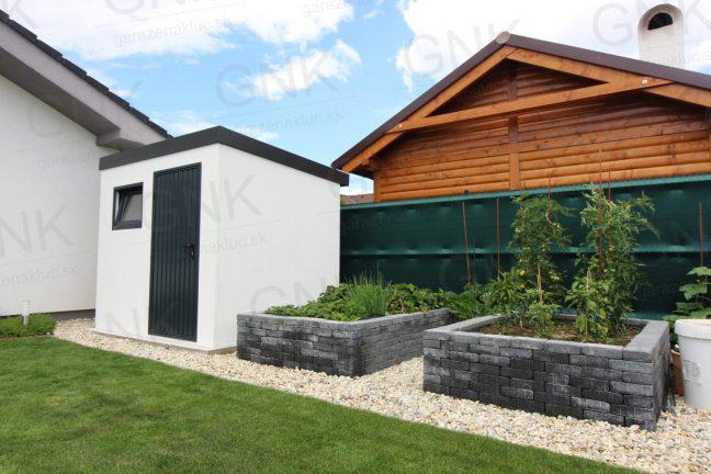 Moderný záhradný domček na náradie v záhrade