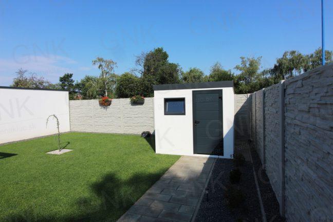 Moderný záhradný domček v bielej omietke s antracitovými doplnkami
