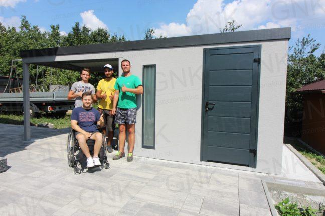 Dizajnový záhradný domček v svetlosivej omietke s dverami Hormann LPU40