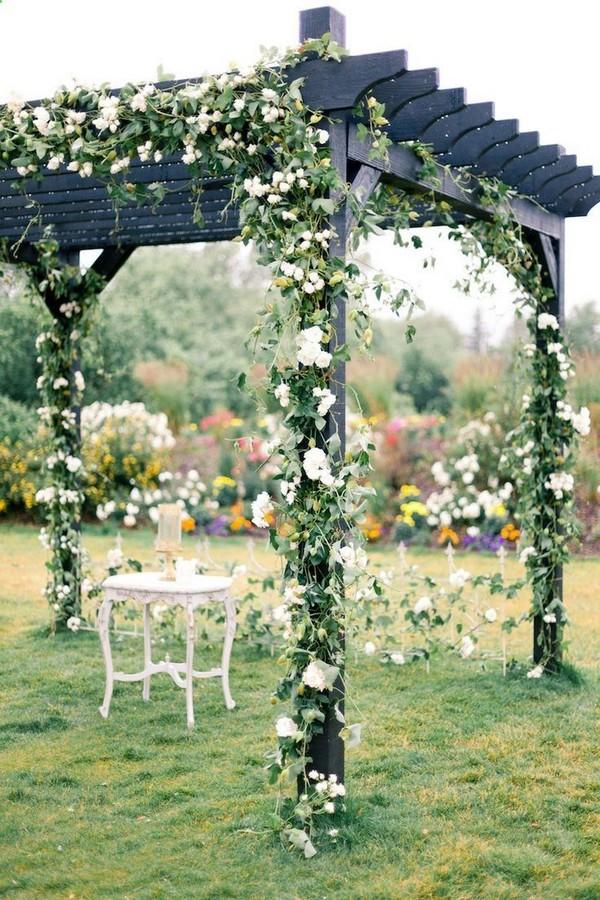 Záhradný altánok z dreva obrastený kvetmi