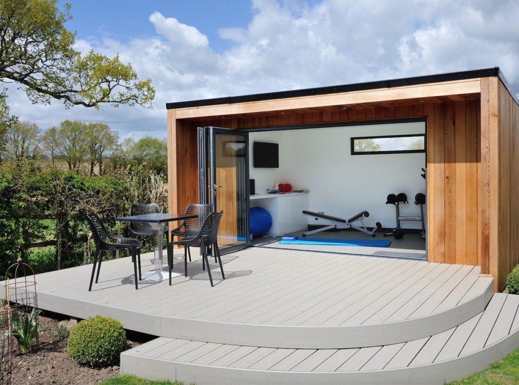 Drevený záhradný domček s terasou a posedením