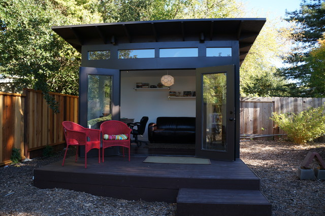 Záhradný domček v čiernej farbe s terasou na posedenie