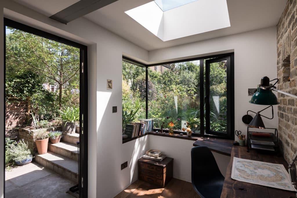 Kancelária s veľkým oknom do záhrady